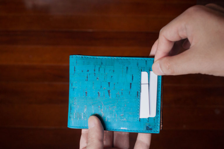 外側にもスキミング防止機能付きカードスロットが2つ付いてます。